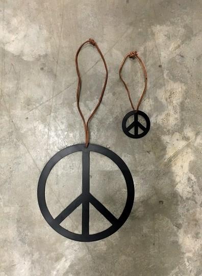Friedenszeichen aus Metall mit Lederband